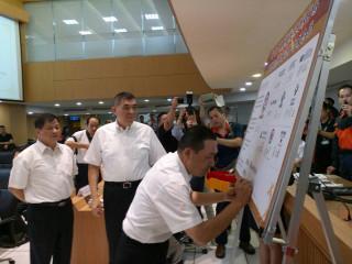 新北與雙北市醫院、土木、結構技師公會以及台北市陪伴犬協會等9個單位簽訂合作備忘錄(M.O.U)。(圖/記者黃村杉攝)