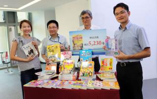 中華汽車捐贈圖書總館5,230本價值約新臺幣182萬元的旅遊書籍,館長高鵬代表受贈。(圖/記者黃村杉攝)