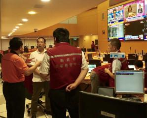消防局指目前已接獲50多起電梯受困案,市長朱立倫親至應變中心指揮。(圖/記者黃村杉攝)