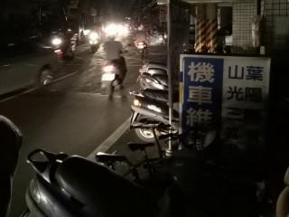 全台大停電,街道上一片漆黑,桃園市政府籲請民眾配合警方交通疏導,小心駕駛、注意安全。