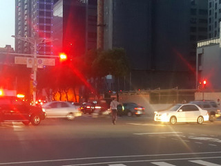 因應停電導致交通號誌失靈,警方加強路口交通指揮及車流疏導。