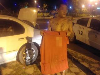 竊嫌在車內呼呼大睡時遭警方查獲,坦承利用無人之際進入工地竊取鋼筋。(記者陳昭宗拍攝)