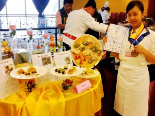 育達高職同學李蕙心參加中華國際美饌交流協會主辦的「2015美饌第四屆美食藝術大展」榮獲金牌。(資料照片)