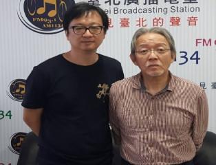 臺北電臺主持人張鐵志(左)訪問第41屆金鼎獎特別貢獻獎得主郭重興(右)
