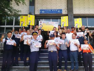 交通大隊副大隊長李安平帶領各車隊司機代表,一起進行「心程則寧」公約宣誓與簽名。