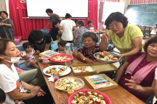 迎接「祖孫節」到來,方郭秀雲里長(右二)親切為祖孫們夾菜送餐。(圖/記者黃芳祿攝)