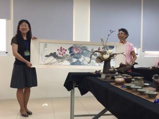 杉林圖書館主任林靜莉(左)獲贈蘇美麗老師(右)作品題為「知足常樂‧蓮蓬濟餘」國畫,做為退休禮物。(圖/記者何沛霖攝)