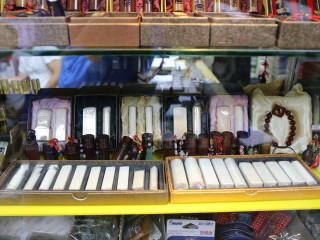 動保處針對轄內曾獲許可販售象牙產製品的店家進行清查作業。(圖/記者黃村杉攝)