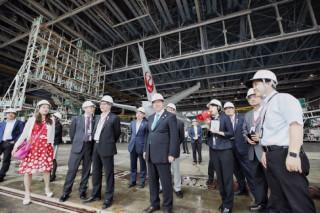 桃園市長鄭文燦率市府團隊,參訪JAL飛機維修中心。