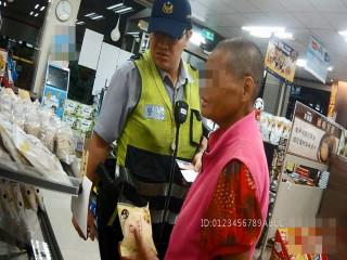 警員帶迷路婦人購買麵包。林重鎣攝