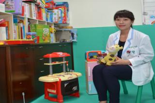 佳里奇美醫院復健科臨床心理師唐愉君說,從小孩玩玩具中可以了解孩子需要,進而改善不聽話和互動不好問題。(圖/記者李文生攝)