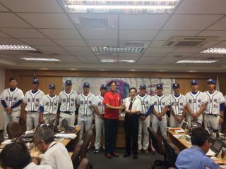 桃園航空城棒球隊在體育局長夏金興(中左)的陪同中獻獎,由副市長王明德代表接受。