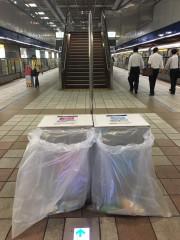 為維護台北世大運舉辦期間的公共安全,台北捷運各車站公共區不銹鋼垃圾桶已陸續改以透明塑膠袋方式替代,車站人員及捷運警察也已提高捷運系統、地下街的巡檢強度。(圖/台北捷運公司)