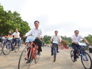 園市長鄭文燦在「大漢溪山豬湖生態親水園區工程」開工動土典禮後,和與會貴賓一起騎自行車體驗水岸園區。