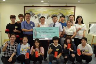 浙江億威實業捐贈南投縣10位清寒獎助學金。