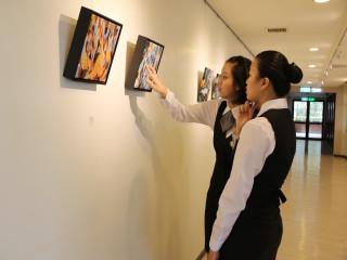 弘光科大規劃餐廳環境做為師生作品展覽的平台提升餐飲文化,展現  出弘光藝術氛圍與人文特質。(記者陳榮昌攝)