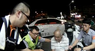 男子酒醉身體不適坐臥路旁,熱心警民協助返家