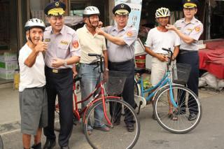 無米樂崑濱伯(左一)當起交通安全宣導大使,呼籲騎單車應戴安全帽並打開警示燈卡安全。