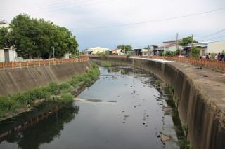 中央排水下埤橋水質惡臭 市府偕同農田水利會現勘 提短中長期解決方案