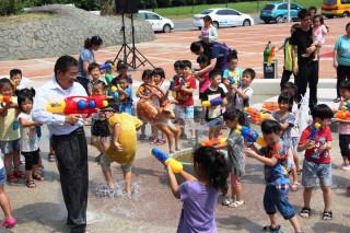 鹿港鎮親水設施正式啓用 黃振彥和小朋友玩起打水仗