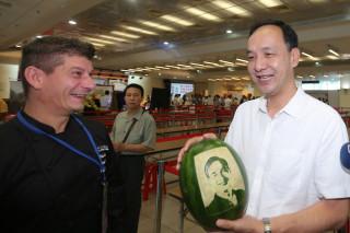 市長朱立倫出席果雕技能競賽暨國際交流活動,參觀展示作品,並為選手加油。(圖/記者黃村杉攝)