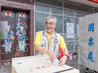 青年事務局辦理參與式預算「龍潭美食街活化方案」,市府秘書長李憲明出席投下神聖一票。