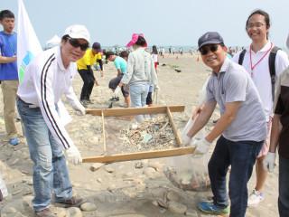 環保局長劉和然、環保署長李應元等出席秋季淨灘活動。(圖/記者黃村杉攝)