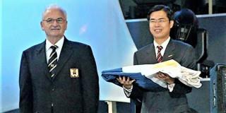 2005年陳其邁代表高雄從IWGA總會長Ron Froehlich接下了世運主辦旗幟。(圖/陳其邁國會辦公室提供)。