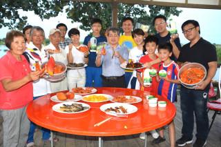 七股溪南休閒農業區開創十年,業者端出友善有機蟳蝦魚和芒果及乳奶、乳酪等高興參與十年慶共餐餐會。(圖/記者黃芳祿攝)