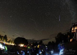 繁星點點的夜空,難得看到完整的大小北斗,更難得的是由上向下劃過北極星旁邊的一顆英仙座流星,和左下一個低軌道衛星留下的軌跡。(照片由洪景川提供)