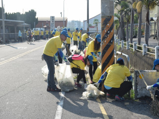 生產捷安特自行車享譽國際的巨大總公司,二十日舉行親睦鄰打掃環  境行動,有近三百位員工參加,在大太陽下個個揮汗如雨中,完成美 化工作,獲得各界肯定。(記者陳榮昌攝)
