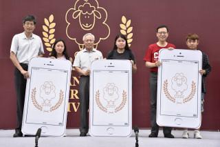 長榮大學校長李泳龍(右)抽出IPHONE手機,觀餐系、資工系、營養系等3位新生獲得。