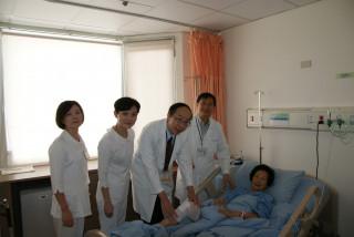 苗醫副院長(中)為院長母親檢視術後傷口。(記者許素蘭/攝)