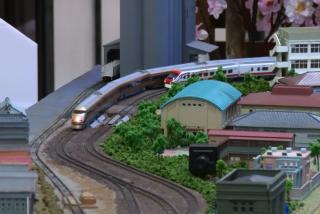 火車開進百貨公司 逼真模型復刻回憶