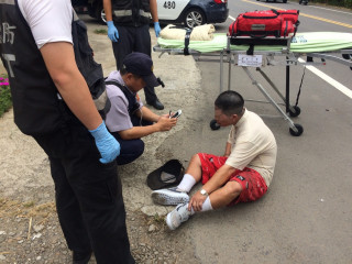 民衆路倒員警立即通報消防隊並驅車趕往,再由救護員查看其身體健康狀況。