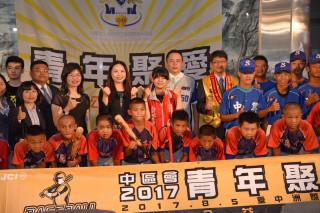 企業贈送棒球用具給千秋國小及中興國中棒球隊。