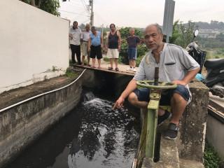 天鴿颱風過境,大甲22日清晨開始下雨,義和二街的灌溉溝同時流下  如墨汁的污水,里長與里民眼睜睜的看到為害地方,卻束手無策。( 記者陳榮昌攝)