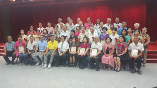 苓雅區公所於8月22日上午舉辦「106年特優暨資深鄰長表揚大會」。(圖/記者許凱涵攝)