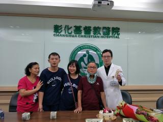 程彥博醫師致贈營養品,祝福范文尊身體早日康復。