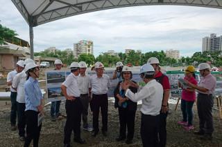 市長巡視鳳山運動園區設施改造工程進度。(圖/記者潘姿瑛攝)