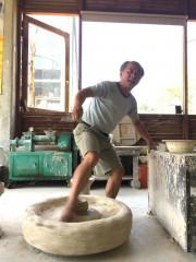 詹國祥師傅在陶博館陶瓷藝術園區示範「腳踢轆轤」絕技。(圖/記者黃村杉攝)