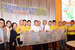 桃園市長鄭文燦在市府,表揚國立武陵高中完成8字型環島師生。