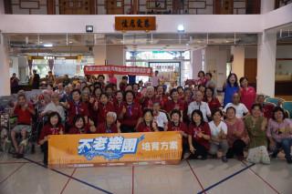 楊梅區大合不老樂團,拜訪成立九年的怡德老人長照中心向陽打擊樂團,雙方交流氣氛熱烈。