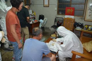動保處防疫人員要求台南雞場業者配合簽下禁止移動雞隻和問題蛋的文件。(圖/記者李文生攝)