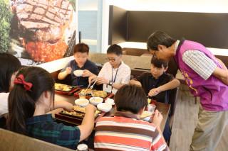 餐桌禮儀從小培育 東熒社福讓孩子自信地走入社會
