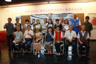 張鳳英指導的賽德克織布工藝學員獲得證書。(記者扶小萍攝)