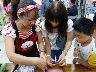 板橋黃石市場達人阿明海鮮老闆娘常跟客人分享當季新鮮海鮮及料理方式。(圖/記者黃村杉攝)