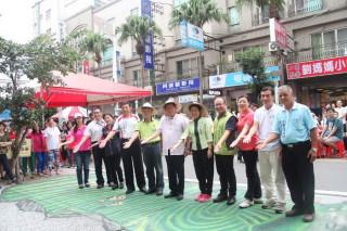 桃園市長鄭文燦前往楊梅區四維商圈,出席「2017楊梅悠遊‧彩街童趣」主題活動。
