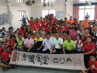 桃園市長鄭文燦參加「青銀食堂~水餃運動會」,和銀髮族長輩青年朋友們合影。
