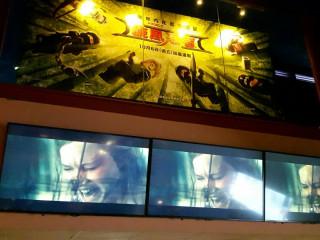 民眾檢舉電影院大廳電視牆播送血腥暴力電影畫面。(圖/新聞局提供)